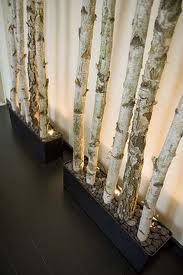 scheidingswand van berkenstammen voor een programma van Herman den Blijker